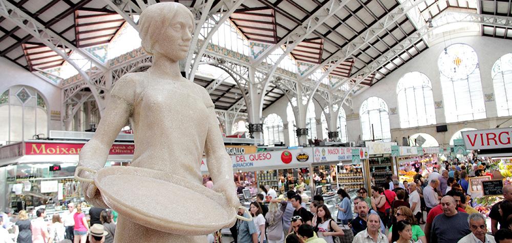 image-fallera-mujer-del-presidente-statue-composee-riz-rend-hommage-aux-mamans-et-leurs-bons-petits